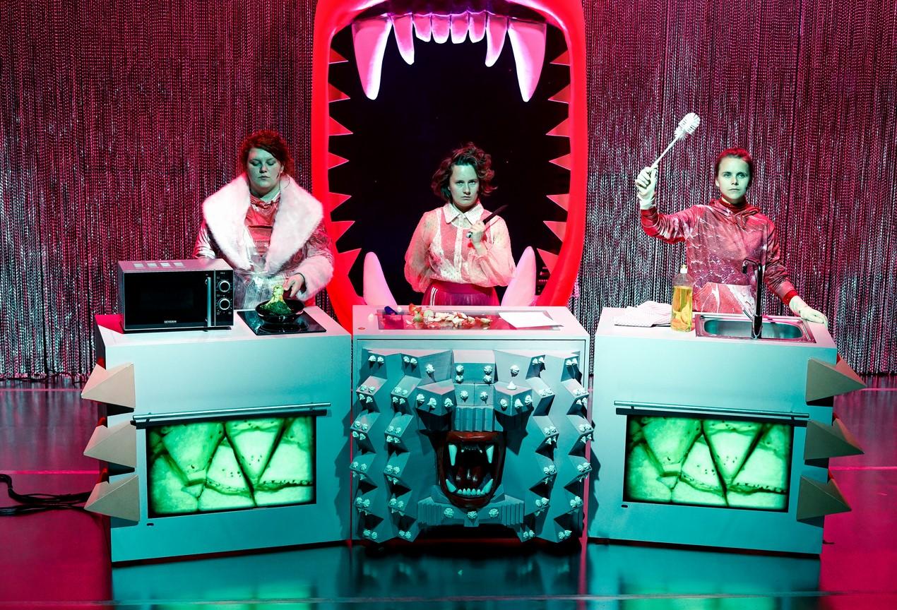 Fressen_Regie Henrike Iglesias_Kostüm Mascha Mihoa Bischoff_Münchner Kammerspiele_Foto Nicole Wytycak (17)