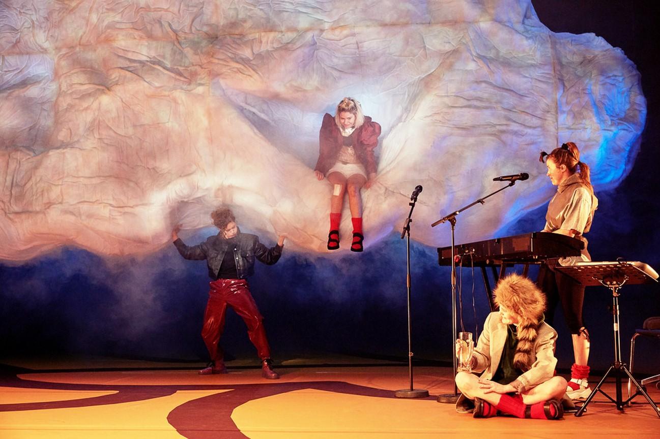 Kostüm_Die Räuberinnen_Regie Leonie Böhm_Kostümbild_ Mascha Mihoa Bischoff_Münchner Kammerspiele_Foto Judith Buss (2) (Kopie)