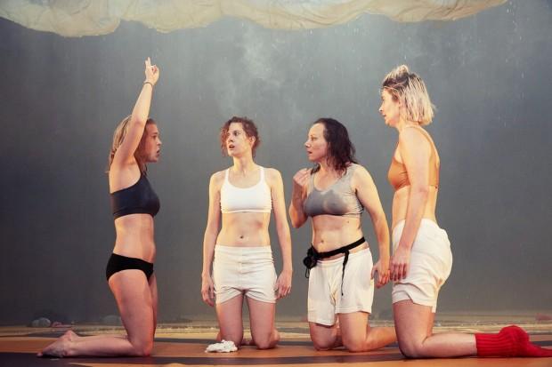 Kostüm_Die Räuberinnen_Regie Leonie Böhm_Kostümbild_ Mascha Mihoa Bischoff_Münchner Kammerspiele_Foto Judith Buss (5) (Kopie)