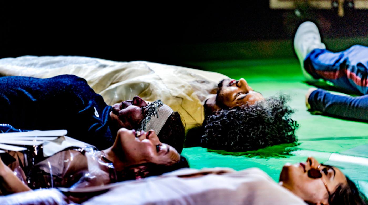 Menschen Göttern gleich_Veddeltopia_Schauspielhaus Hamburg_Regie_Paulina Neukampf_Kostüme_Kostümbild_Mascha Mihoa Bischoff_Foto Christian Bartsch (9)